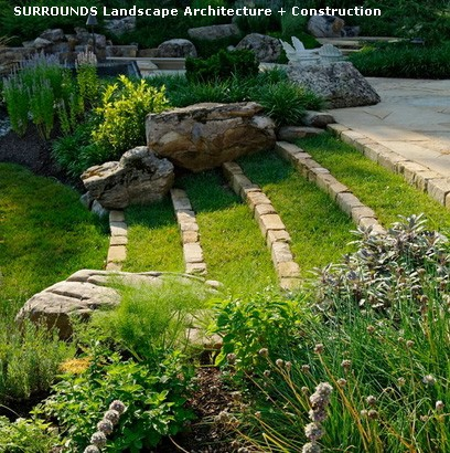 травяная лестница из мелких каменных блоков