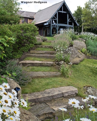 каменная садовая лестница с травяными ступенями