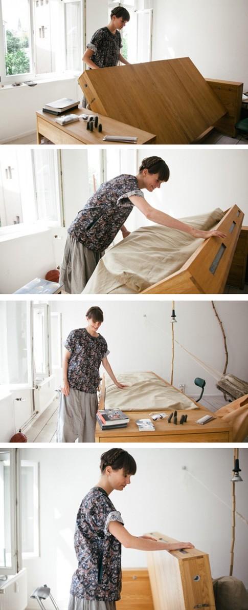 процесс трансформации из стола в кровать и обратно