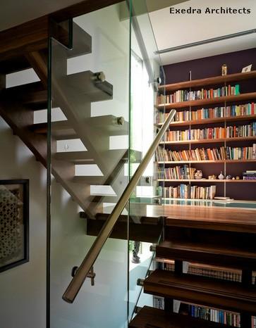 большая библиотека вдоль лестницы