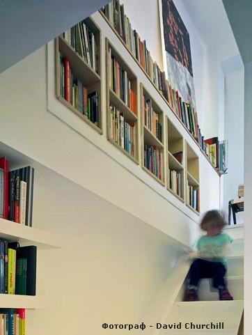 встроенные стеллажи на лестнице
