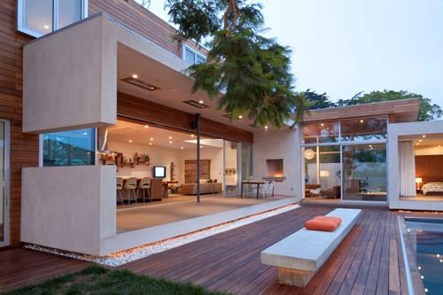 современный дом с большой площадью остекления