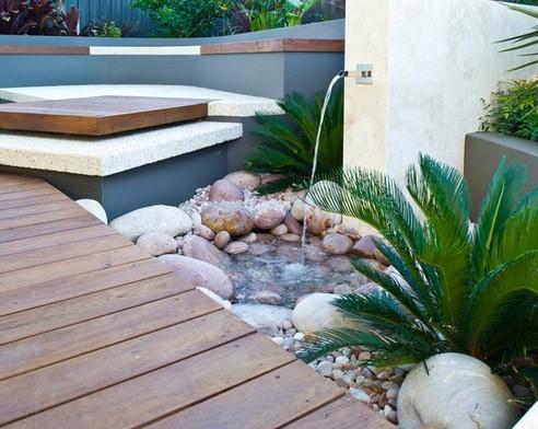 минималистский водопад в частном дворе