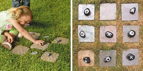 каменные крестики-нолики на газоне