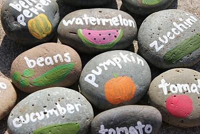 каменные огородные указатели