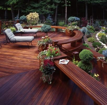 многоуровневая терраса со встроенными скамейками