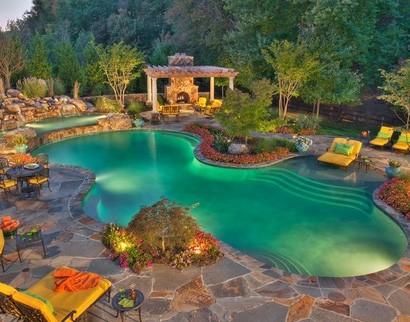 роскошный задний двор с бассейном и камином