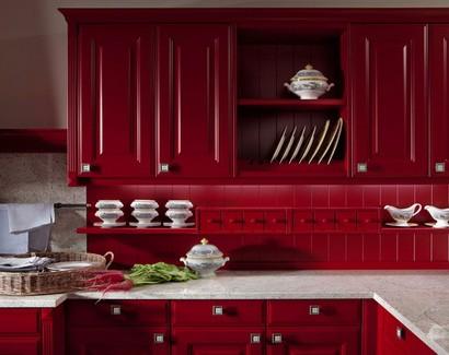 узкая полочка с ящиками над рабочим кухонным столом