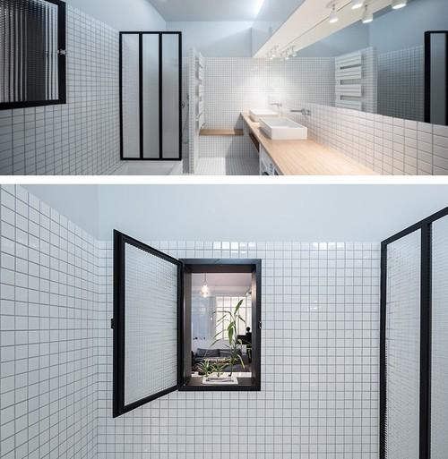 черно-белая ванная с внутренним окном