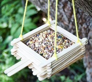 кормушка для птиц из палочек для десерта