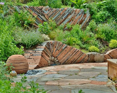 каменное патио с элементами декоративной кладки