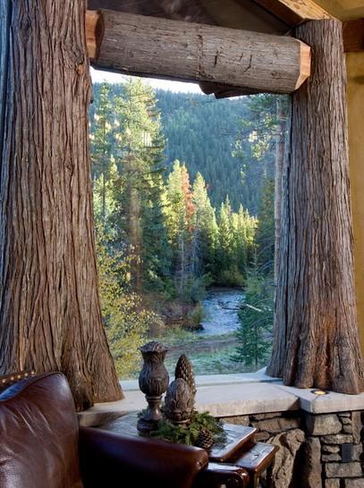 окно с рамами из древесных стволов