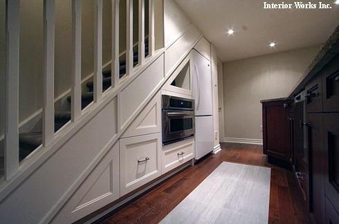 встроенная кухонная техника под лестницей