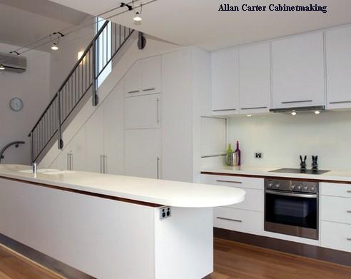 кухонные шкафы под лестницей