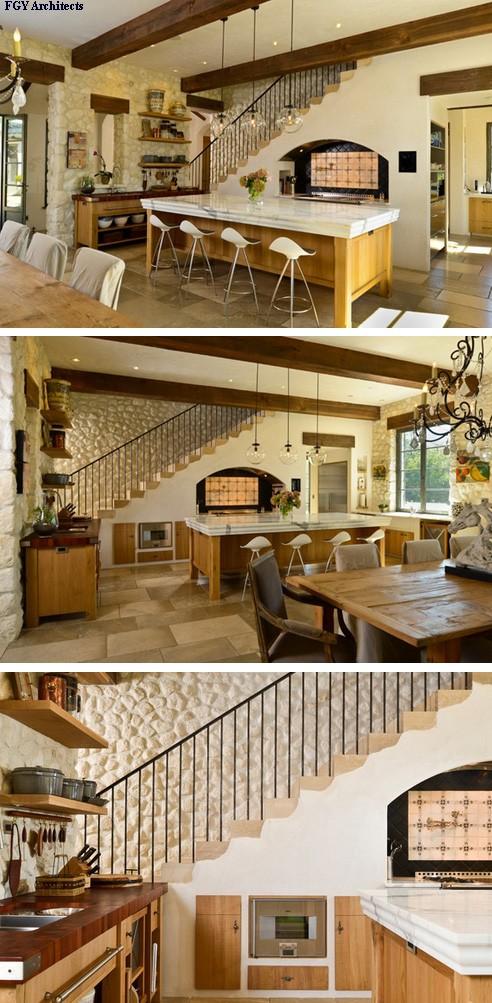 встроенное кухонное оборудование и плита под лестницей