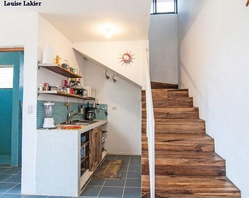 кухня под поворотной лестницей