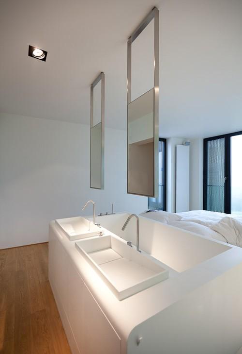 кровать комбо с ванной и раковинами в изголовье