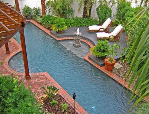 узкий бассейн с классическим фонтаном