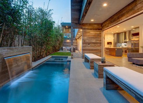 современный узкий бассейн с водопадом и джакузи