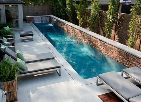 длинный бассейн с современными фонтанами