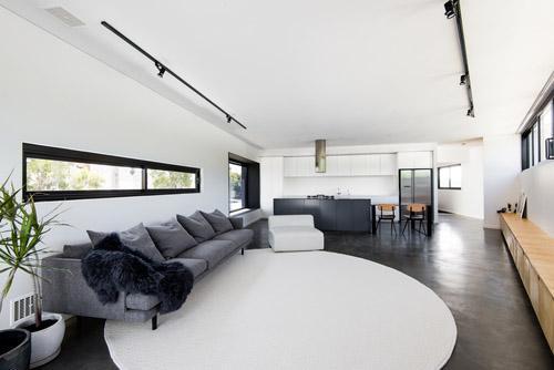 гостиная с узкими окнами