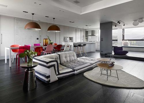 черно-белый интерьер с яркой мебелью