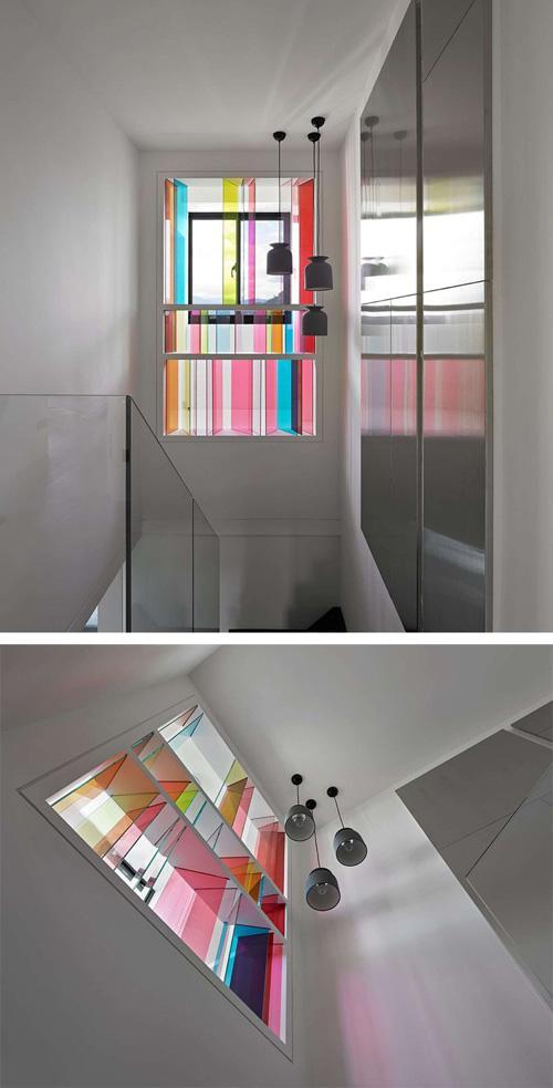 современное витражное окно на лестнице