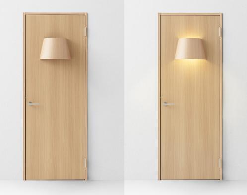 распашная дверь с лампой