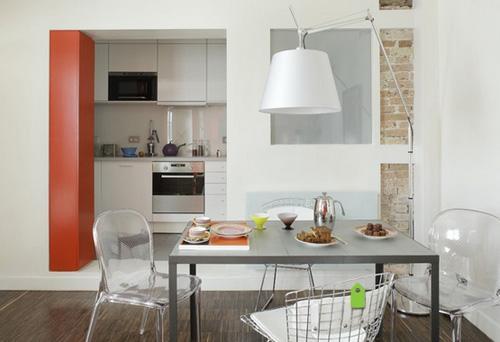 внутреннее окно между темной кухней и столовой