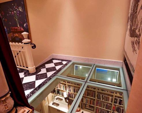стеклянный пол на лестничной клетке