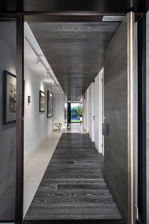 длинный коридор со шкафами