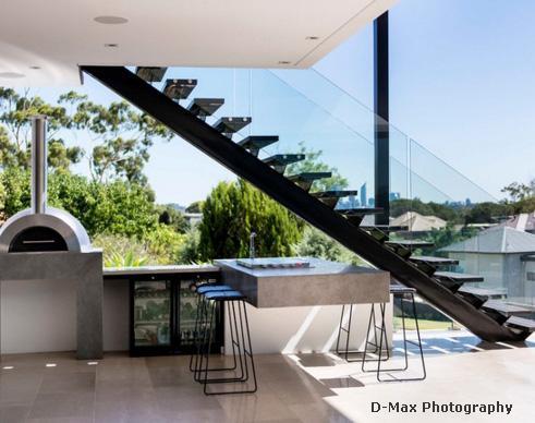 металлическая наружная лестница со стеклянным ограждением