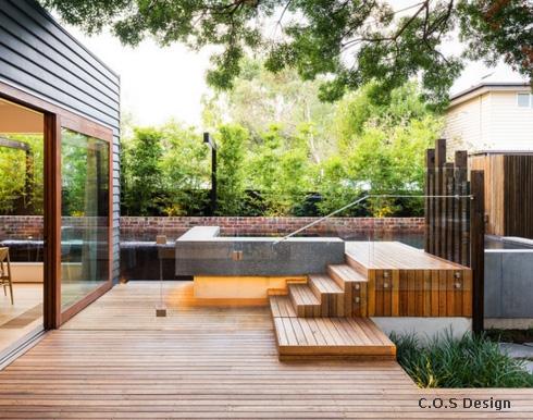 деревянная лестница к бассейну со стеклянным ограждением