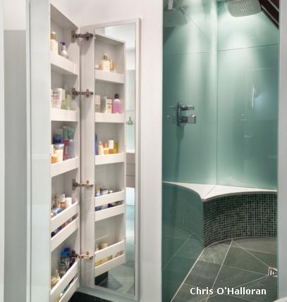 шкафчик в ванной со встроенным большим зеркалом