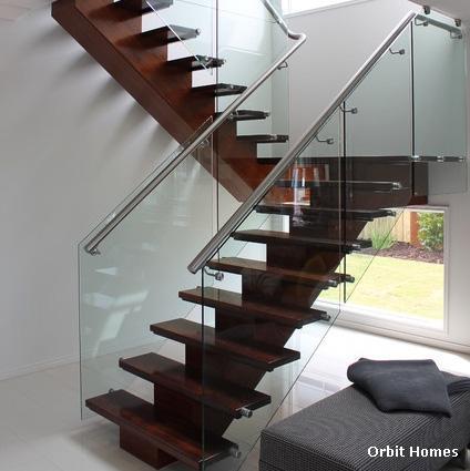 лестница на солидном косоуре с современным ограждением