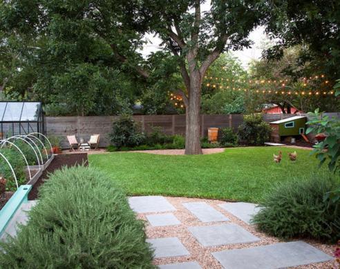 сад с красивым курятником