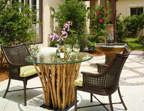 садовый стол из веток со стеклянной столешницей