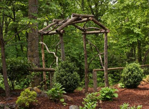садовая арка из спилов деревьев