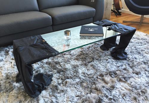 журнальный стол из изношенных джинсов