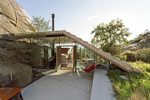 современный летний домик со стеклянными стенами