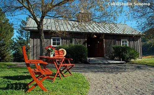 красная садовая мебель в деревенском дворике