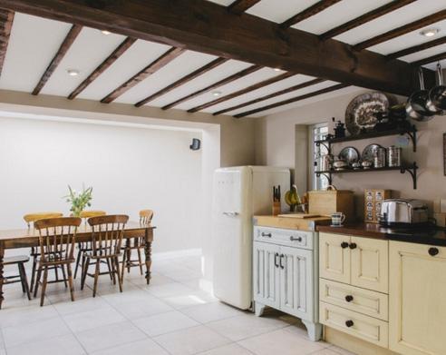 белый пол с низким потолком в кухне