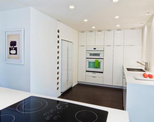 узкие шкафы на низкой кухне