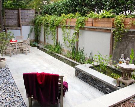 узкий задний двор с прудом и ручьем