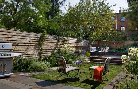 открытый маленький двор с газоном