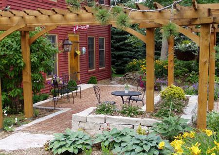 открытый двор с перголой