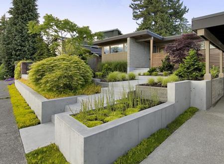бетонные цветочные контейнеры и высокие клумбы