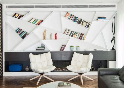 встроенные книжные полки над камином