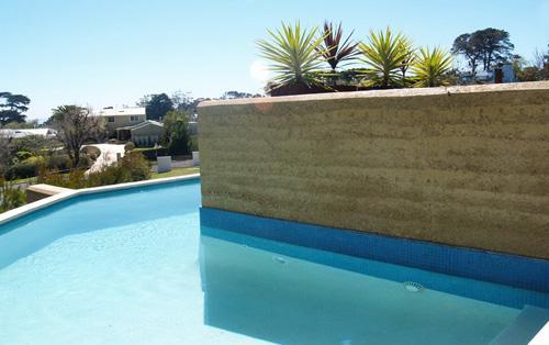 ландшафтная глинобитная стена в бассейне