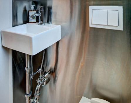 стальная подводка к смесителю раковины в ванной